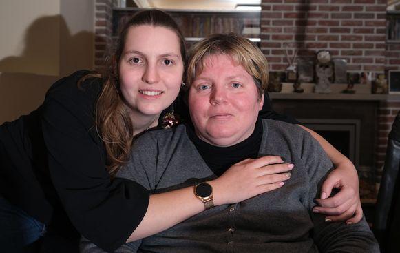 """Lisa Sagaert uit Otegem is dolgelukkig met de hand die Vives haar aanreikt. """"Mijn mama heeft een agressieve vorm van MS."""