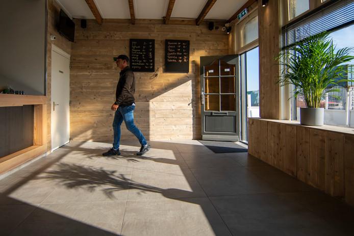 Sandor Pessy is 'blij en opgelucht' dat zijn coffeeshop weer open is.
