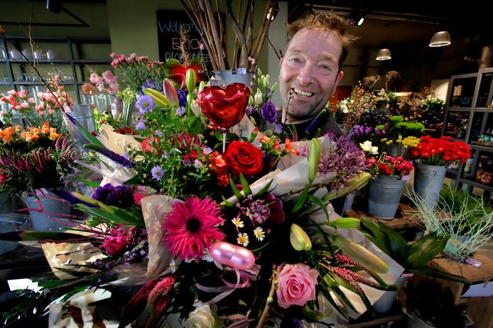 Het is misschien wel de drukste dag van het jaar voor Armand Septer van Erica Bloemideeën: Valentijnsdag! De bloemist is helemaal klaar om tortelduifjes te ontvangen in zijn zaak.