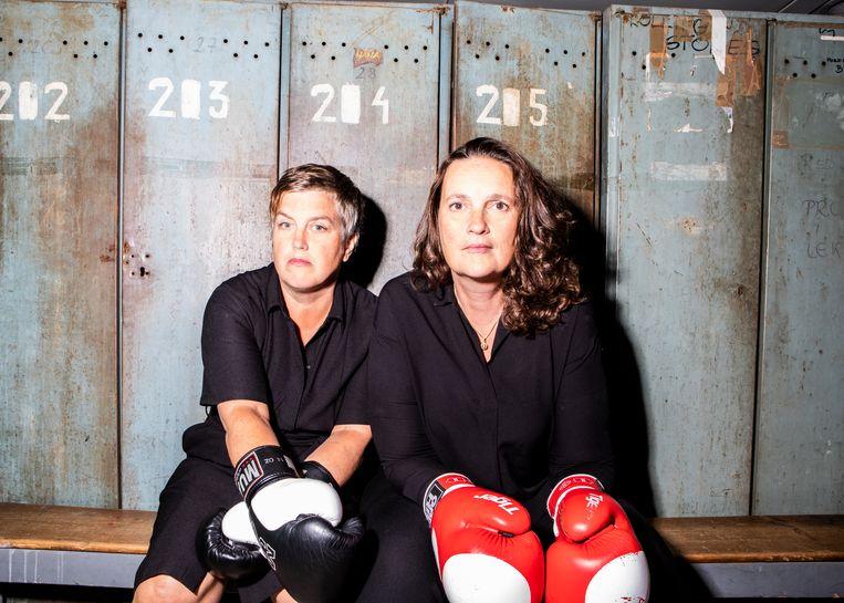 Anne Wenzel (links) en Deirder Carasso in het Stedelijk Museum Schiedam.  Beeld Hilde Harshagen