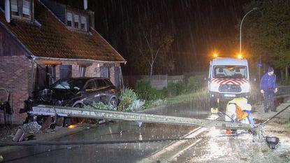 Auto knalt op elektriciteitspaal en gevel