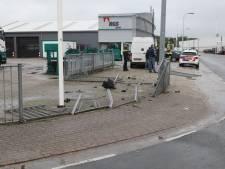Ravage in Rijssen nadat busje over rotonde en dwars door hek rijdt
