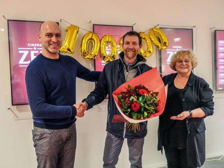 Patrick Vangansewinkel kreeg als 100.000ste bezoeker bloemen cadeau.