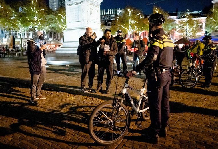 De politie beëindigt een demonstratie op het Plein in Den Haag tegen de nieuwe coronamaatregelen.  Beeld ANP