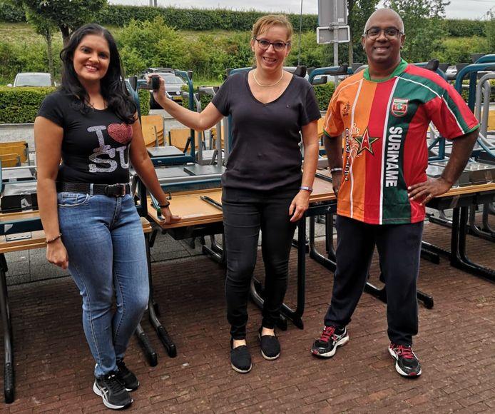 Bijna tweehonderd meubelsetjes van basisschool Oostwijzer in Zoetermeer worden gedoneerd aan een basisschool in Suriname. Voorzitter Sham Hira (rechts) van Stichting Sociaal Culturele Activiteiten Zoetermeer heeft de meubels hoogstpersoonlijk op transport gezet.