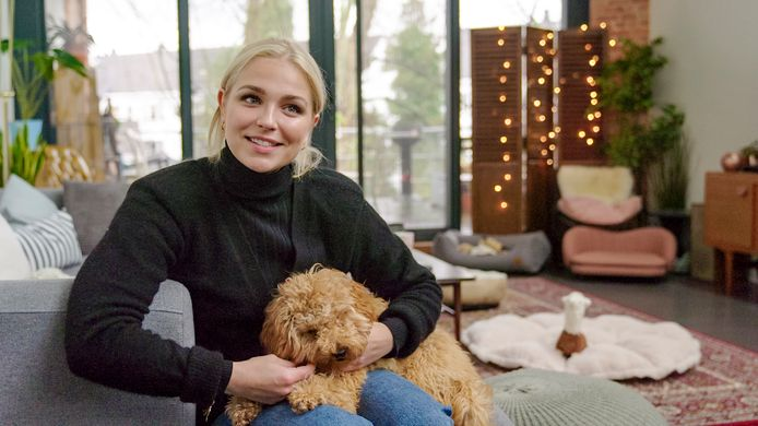 Julie Van den Steen en haar labradoodle Dirkie