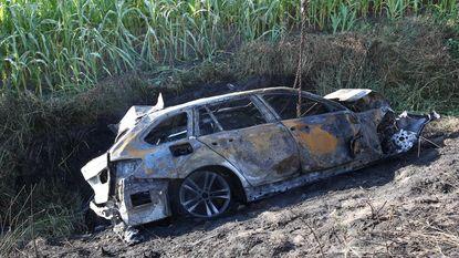 Wagen brandt volledig uit naast E19