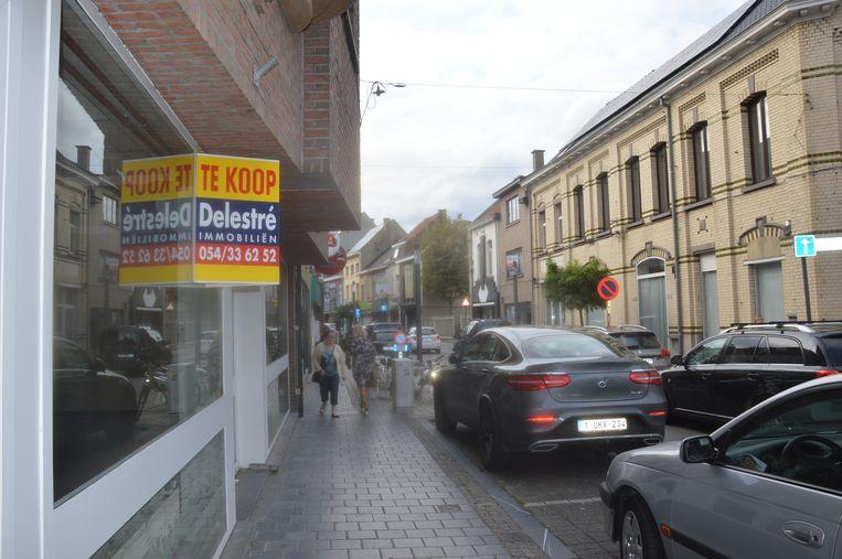 Ook verder in de straat staan er panden leeg.