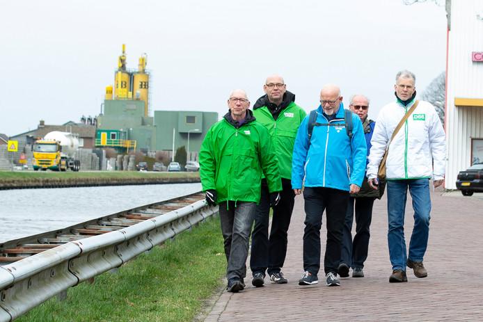 Kees Slingerland (links) aan de wandel op het bedrijventerrein van Vriezenveen. Met naast hem Douwe Bouma (GroenLinks), Jan Westert (ChristenUnie) en Gerrit Hartholt (D66, uiterst rechts).