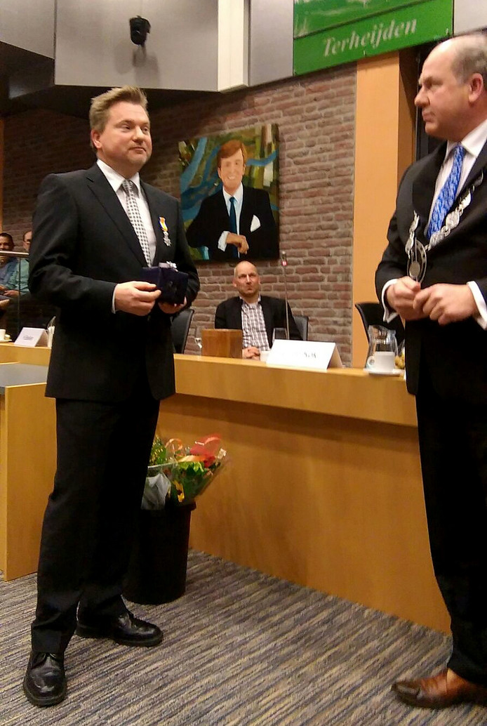 Bij zijn vertrek als raadslid heeft Jac Praat een koninklijke onderscheiding ontvangen. Foto Marja Klein Obbink