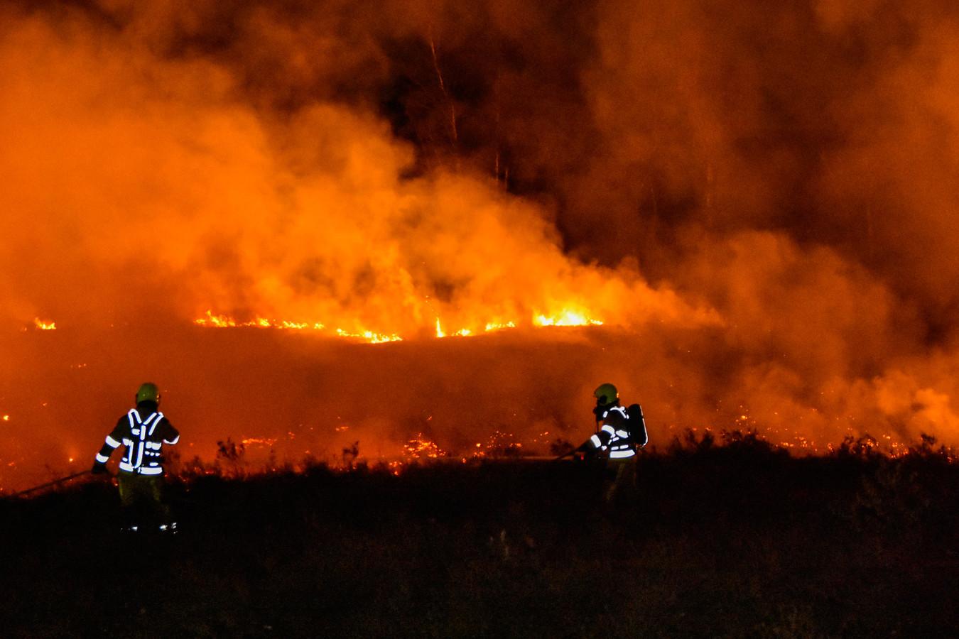 De brandweer heeft het vuur geblust in de Overasseltse en Hatertse Vennen.