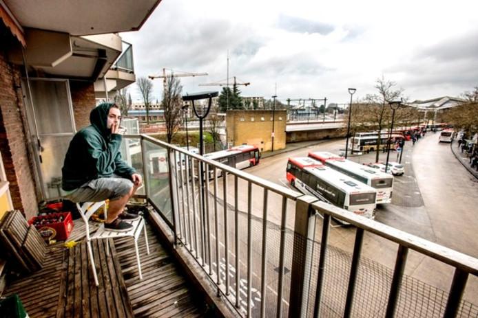 Bram van Halteren op zijn balkon. Foto Jan van Eijndhoven