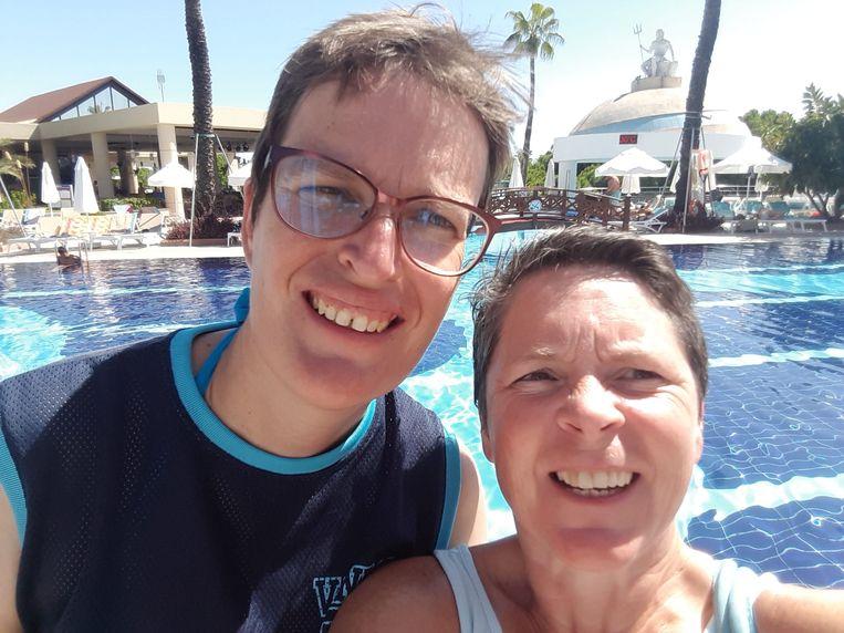 Evy De Block en Sarah Geerts, hier nog aan het zwembad in Belek.