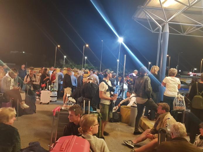 De reizigers moesten het vliegtuig uit en wachtten op de luchthaven totdat ze naar een hotel werden gebracht.