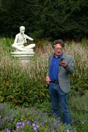 Het Zuiderpark in Den Haag wordt geteisterd dooor kunstvandalen. Rondleider Piet Vernimmen trekt aan de noodbel.