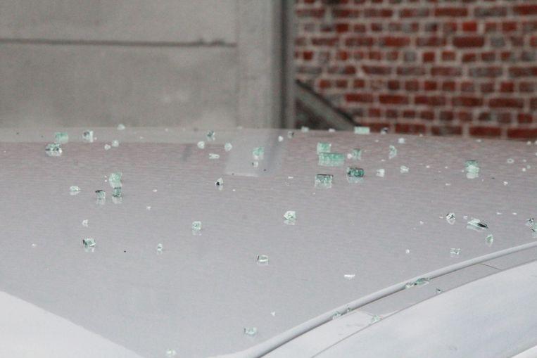 Glasscherven op het dak het aanrijdende voertuig