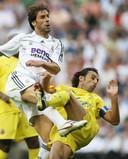Ruud van Nistelrooy in duel met Villarreal-captain Juan Pena bij zijn debuut voor Real Madrid.
