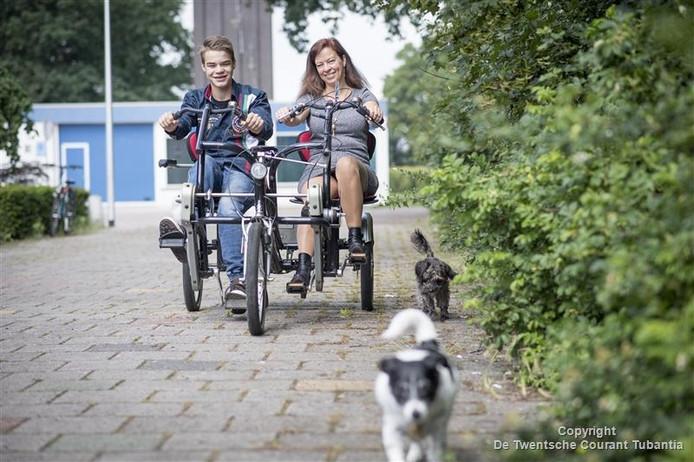 Micki en Els van der Voet op de duofiets