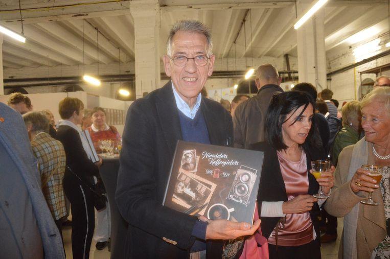 Auteur Erik De Schryver met zijn vernieuwde boek 'Ninovieters Kaffeegieters'.