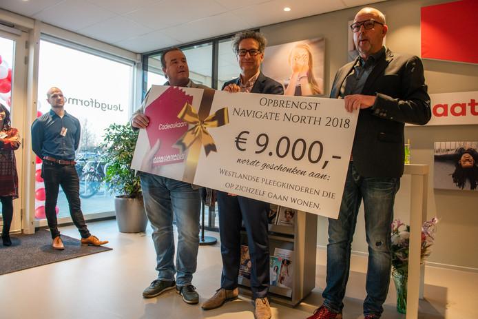 'Westlandse pleegpapa's' Erik Zantingh en Piet Brederoo overhandigen een cheque aan Bas Timman (bestuurder Jeugdformaat).