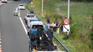 Cel Vermiste Personen en politie doorzoeken visvijver naast snelweg in speurtocht naar vermiste vrouw