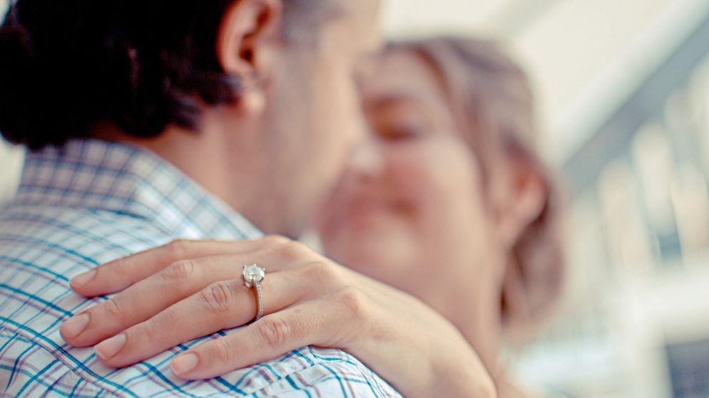 Mooie mensen krijgen mooiere verlovingsringen