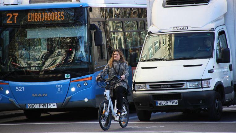 Op de verkeersboulevards in Madrid moeten fietsers in het midden rijden. Beeld