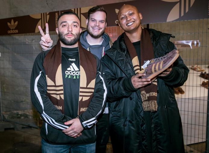 """Liefhebber Ryan Zamani, influencer Gregor van Vlierden en Nigel Ramnath (Concrete Store), met handgeschreven sneaker van Aspden: """"Ik heb een legende ontmoet."""""""
