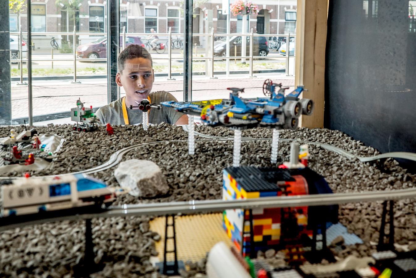 Emdin (12 jr) kijkt naar de legobouwsels in het stadskantoor van Delft.