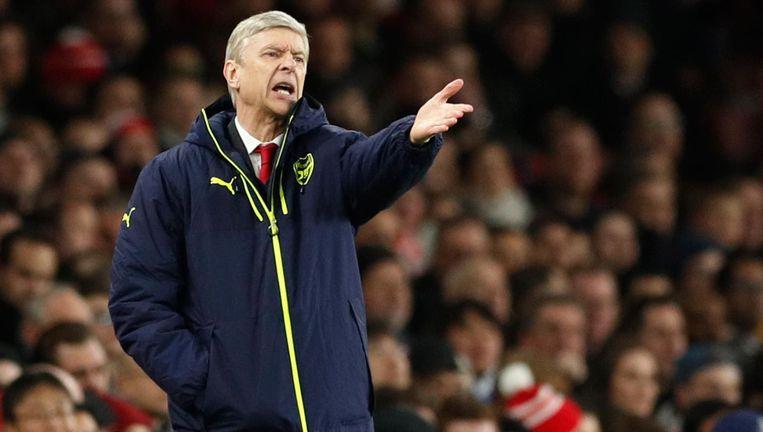 Een machteloos gebarende Arsenal-coach Arsène Wenger. Beeld null