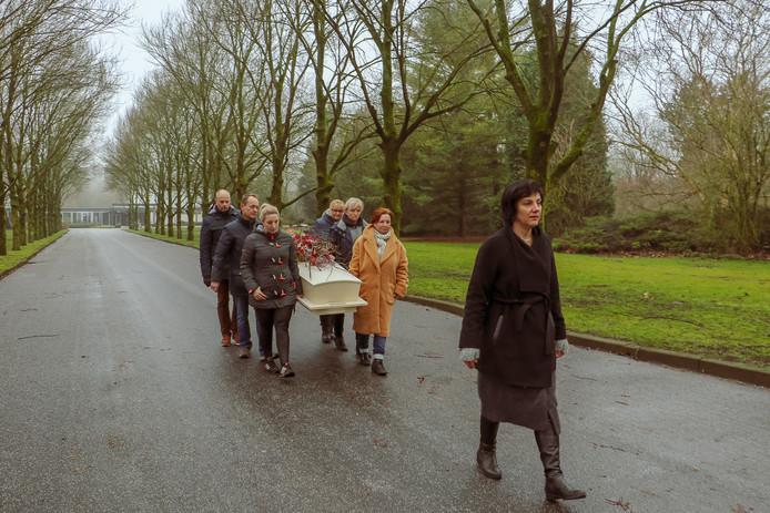 Diana van Vugt legt het afscheid vast. ,,Dit werk heeft me bewustwording gegeven. Het leven is niet vanzelfsprekend.''