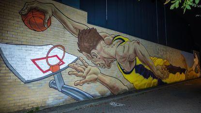 Graffitikunstenaar laat zich gaan op zijgevel baskethal