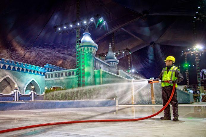 Marcel spoot vorig jaar het ijs op van de schaatsbaan in het IJspaleis. Medewerkers waren drie weken bezig met de opbouw.