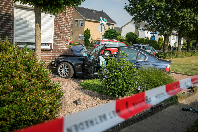 Op de Witte Kruis in Babberich heeft een automobilist vrijdag eind van de middag een hoekwoning geramd.