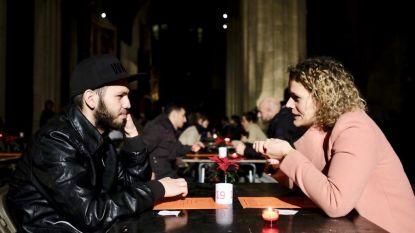 Vluchteling en Antwerpenaar daten in kathedraal