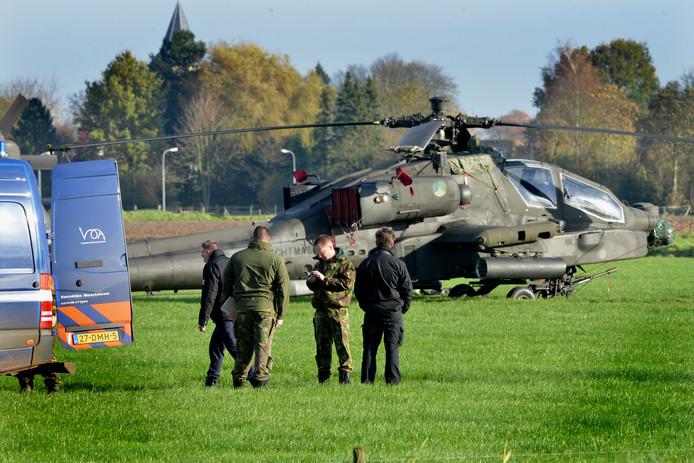 De gestrande Apache-helikopter, in een weiland bij Zoelmond.