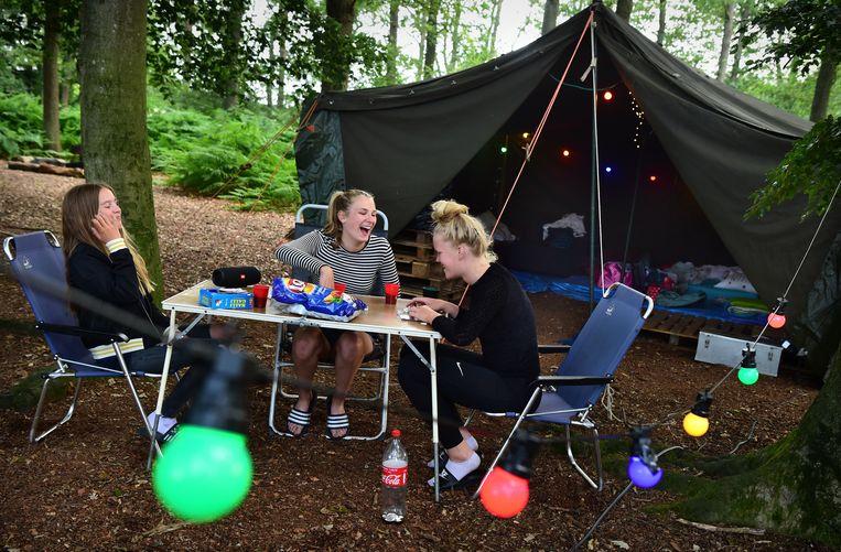 De vriendinnengroep is al sinds januari bezig met plannen voor hun kampeertrip in Oud Ootmarsum. Beeld Marcel van den Bergh / de Volkskrant
