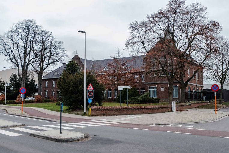 Het  oude collegegebouw, met in de achtergrond het nieuwe Agnetencollege