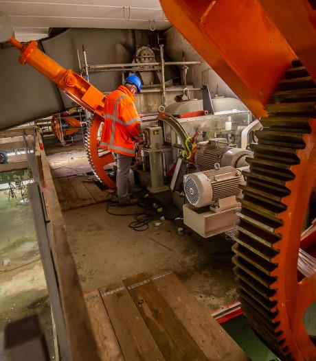 Dit wordt er precies gedaan aan de Wantijbrug waardoor iedere dag 68.000 voertuigen omrijden