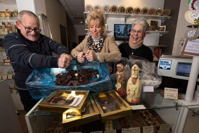 De resterende sinterklaaschocolade wordt in stukken gebroken en vandaag verkocht tijdens Brokkendag.