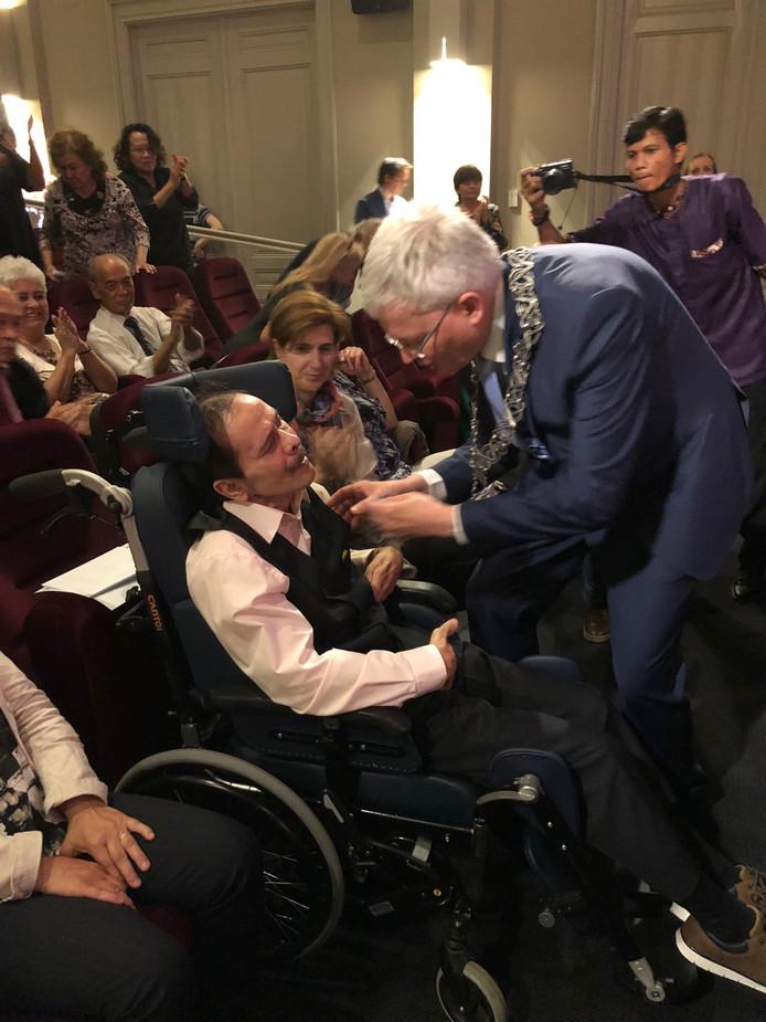 Filmmaker Leonard Retel Helmrich krijgt een koninklijke onderscheiding van burgemeester Theo Weterings van Tilburg.