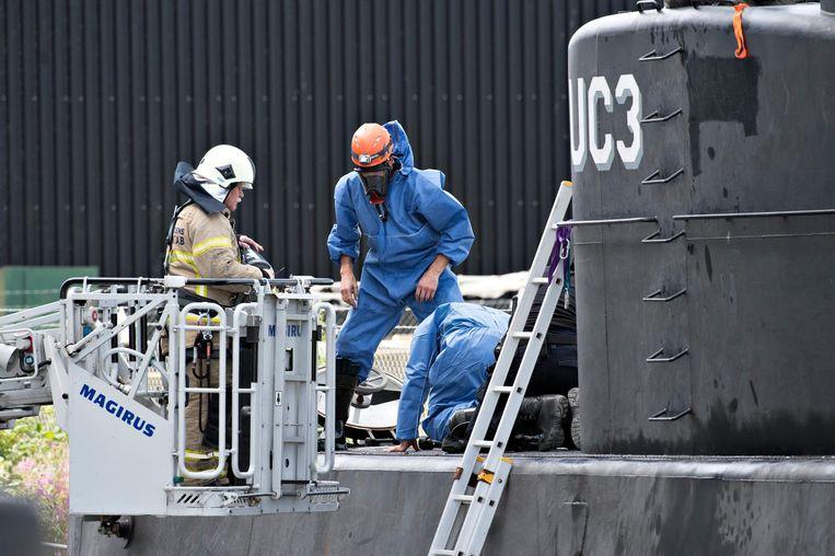 Deense politie onderzoekt de onderzeeboot. Beeld anp