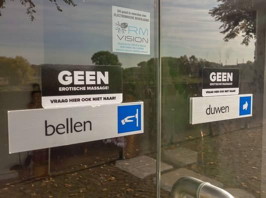 De voordeur van Kinnaree Massage aan de Rijnkade in Arnhem. Op de gevel wordt diverse malen aangegeven dat er geen erotische massages worden verricht.