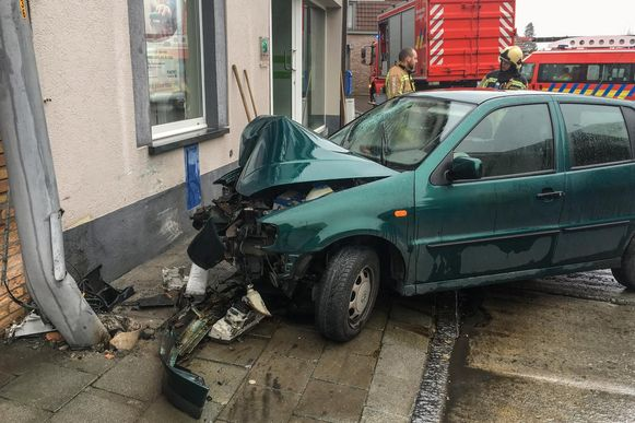 De bestuurder knalde tegen een verlichtingspaal en daarna tegen de muur van de Fintro Bank.