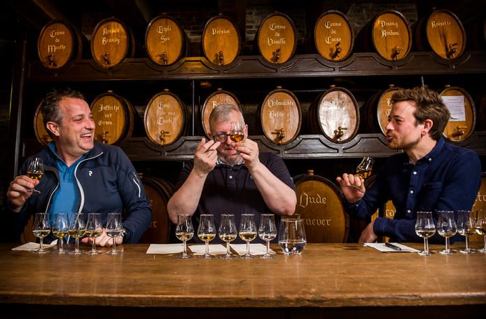 Jeroen, Rob en Luuk testen de oude jenevers.
