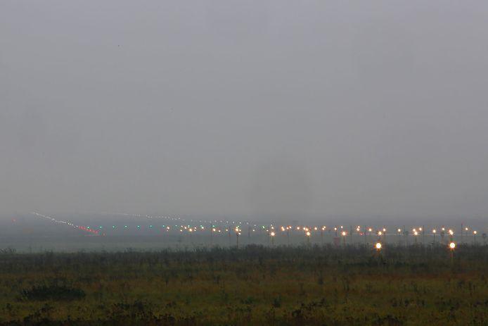 Door dichte mist lag het vliegverkeer op Eindhoven Airport dinsdag urenlang stil.