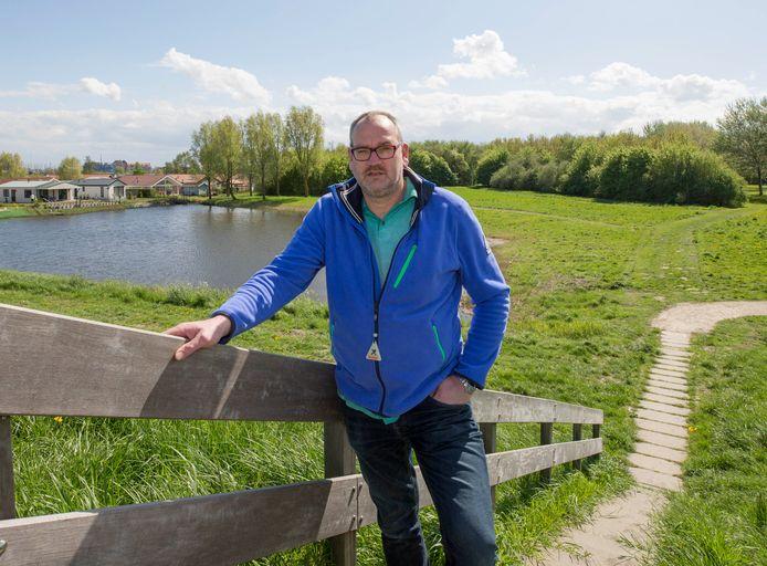 Ondernemer André van Ast, met links de appartementen van chaletparc Krabbekreek en rechts het bos wat beweegbos moet worden.
