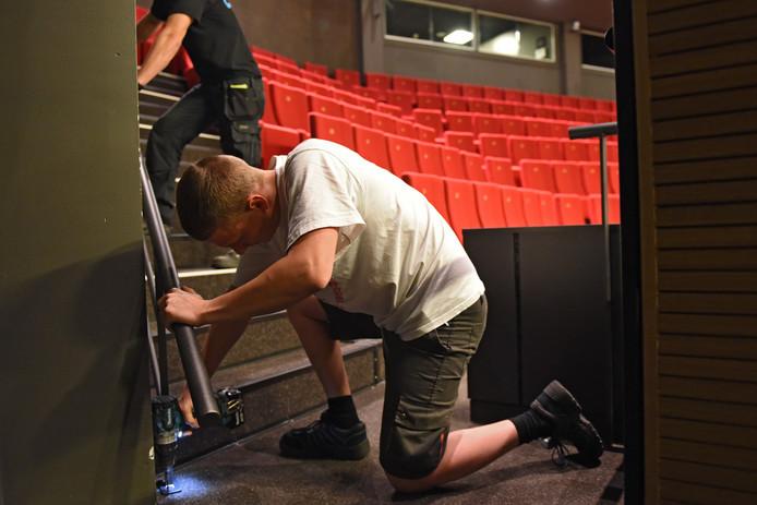 Mateusz en Vince van Cos tribunebouw plaatsen extra leuningen op de trappen van theater De Bussel. Foto: Casper van Aggelen / Pix4Profs
