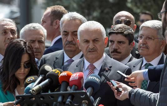 De Turkse premier Yildirim spreekt de pers toe in Ankara, nadat de kiesraad de klachten tegen het referendum van tafel veegde.