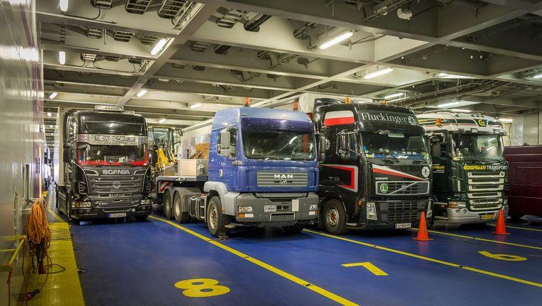 Vrachtwagens op de boot naar Engeland.
